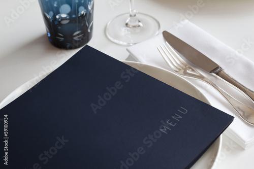 Tuinposter Situatie Menu sur une table dans un restaurant de luxe