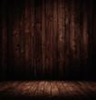 dunkler leerer Holzraum.