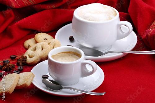 Latte e caffè con pasticcini