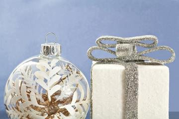 addobbi natalizi bianchi su sfondo blu