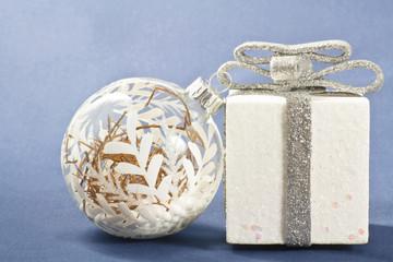 decorazioni natalizie bianche si sfondo blu
