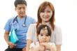 小児科医の治療を受ける女の子
