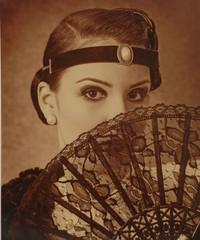 mujer con abanico en sepia