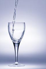 Versamento acqua dalla brocca al bicchiere in  trasparenza