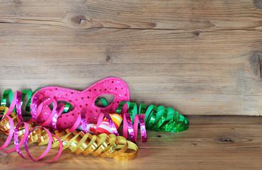 Karneval - Maske mit Luftschlangen