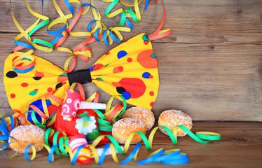 Karneval - Fliege mit Luftschlangen