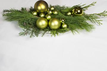 Weihnachtsgesteck auf weiss