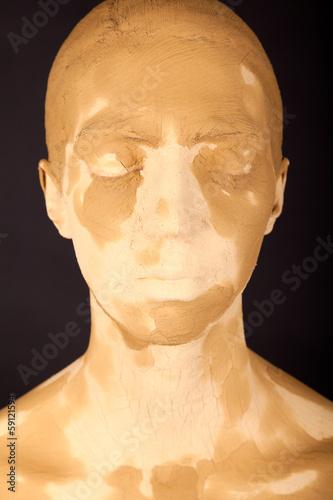 Die junge Frau mit der Gesichtsmaske
