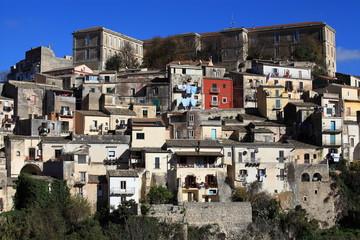 Scorcio di Ragusa Ibla arroccata sulla collina.