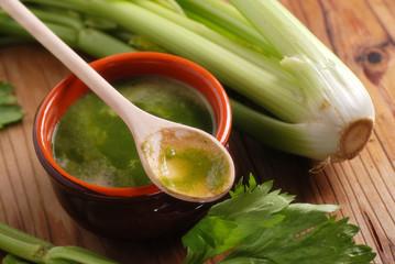 zuppa di sedano nella ciotola di terracotta