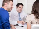 Junges Paar in der Beratung bei einem Finanzdienstleister