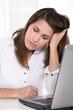 Frau niedergeschlagen, deprimiert und müde im Büro