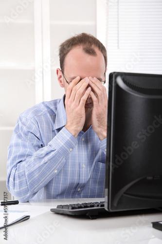Mann niedergeschlagen und erschöpft im Büro - Datenabsturz