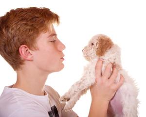 Junge mit seinem kleinen Welpen