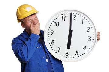 Bauarbeiter mit Uhr ist müde