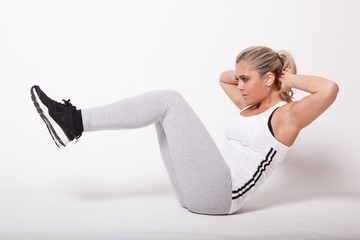 jeune femme blonde faisant du sport gym