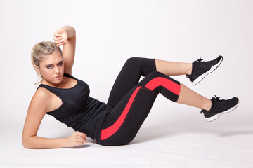 jeune femme sportive faisant de la gym