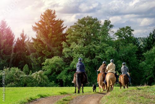 Papiers peints Equestre Idyllischer Ausritt - Gruppe Reiter Pferde - Horse Riding