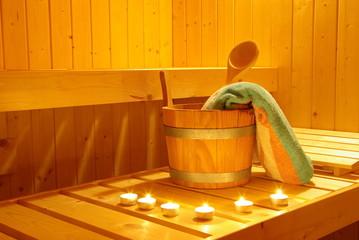 Saunaaufguss im Kerzenlicht