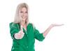 Junge Frau isoliert in Grün macht Werbung mit Daumen hoch