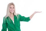 Blondes Mädchen isoliert in grün präsentiert ein Produkt