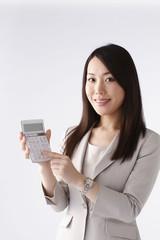電卓を持つ若い女性