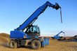 canvas print picture - Blauer Kran auf Baustelle