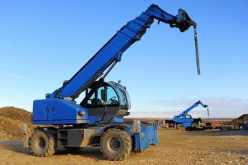 Blauer Kran auf Baustelle