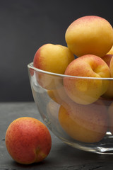 glasschale mit aprikosen