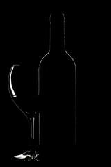 Botella y copa de vino sobre fondo negro