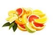 Spalten von Zitrusfrüchten auf weiß