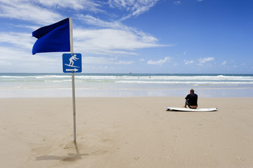 Surfer wartet auf Wellen, Byron Bay  in Australien