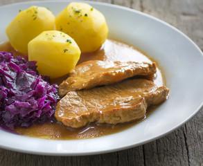 Schweinebraten mit Petersilienkartoffeln und Rotkohl