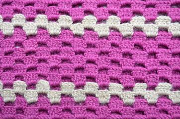 Häkelmuster mit lila und beiger Wolle