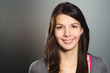 Attraktive junge Frau mit einem freundlichen Lächeln