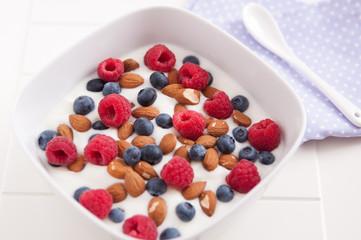 Joghurt mit frischen Beeren und Nüssen
