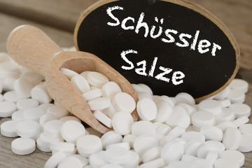 Schüssler Salze mit Tafel und Holzlöffel