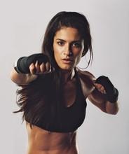Hispanique femmes pratiquant la boxe