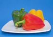 Paprika gelb grün rot auf Teller