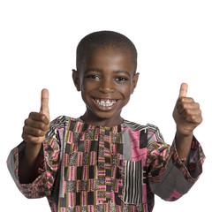 Afrikanischer Junge hlt Daumen hoch