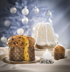 Panettone e pandoro con decorazioni natalizie