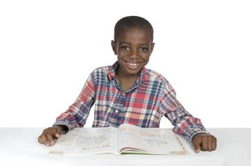 Afrikanischer Junge mit Schulbuch
