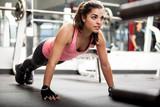 Śliczna brunetka pracująca przy gym