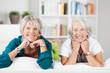seniorinnen stützen kopf auf