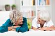 zwei seniorinnen schauen sich an