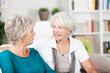 zwei ältere frauen unterhalten sich
