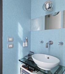 dettaglio sul lavabo di vetro in un  bagno moderno