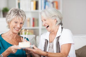 zwei seniorinnen feiern geburtstag