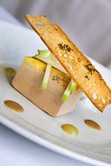 Foie gras, toast de pain grillé, pomme verte