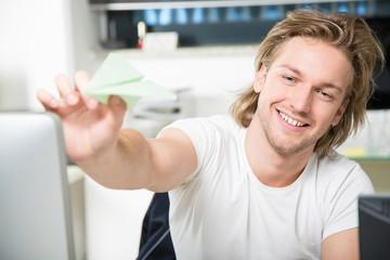 Mann mit Papierflieger